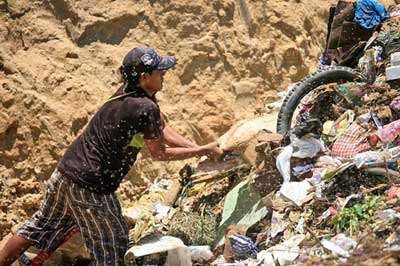 A garbage picker in Peru: Rising temperatures may endanger the country's anti-poverty policies. Credit: Alex Proimos, Wikimedia Commons via Climate News Network