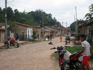 The main street of Auzilandia, a village of 12,000 people in the municipality of Alto Alegre do Pindaré. Many adults here migrate 3,000 kilometres to the south in the southern hemisphere summer for work, because of the lack of opportunities in this village bisected by the Carajás Railroad. Credit: Mario Osava/IPS