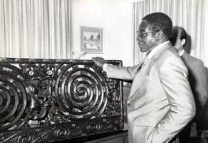 Robert Mugabe accepting a gift from New Zealand in 1980. Photograph by Archives New Zealand.