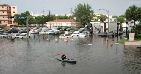Florida residents contend with a flood in Miami in June 2009. (Photo: [ https://www.flickr.com/photos/13748835@N00/3599479128 ]maxstrz/flickr/cc)