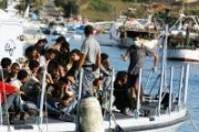 Crammed boat arrives at Lampedusa