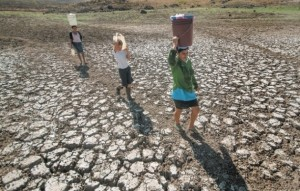The people who live in the village of Santa Isabel in the western Nicaraguan department or province of Boaco have to walk long distances to fetch water from streams and wells, because nearby water sources dried up this year during the unusually long dry season. Credit: Courtesy of Jorge Torres/La Prensa de Nicaragua