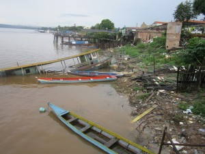 Abandoned fishing boats on the banks of the Xingú River, in a neighbourhood on the outskirts of the city of Altamira in the northern Brazilian state of Pará, whose inhabitants were removed because the area is to be flooded when the Belo Monte reservoir is filled. Credit: Mario Osava/IPS