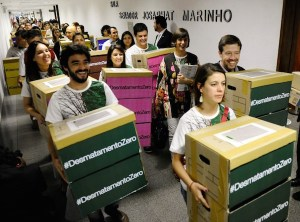 Campaigners deliver 1.4 million signatures supporting the zero deforestation bill to the Brazilian congres Photo © Marcos Oliveira/Agência Senado.