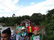 The pilgrims cross the Anapu River at the start of the 10 th Romaria da Floresta. (Kristin Matthes)